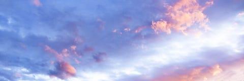 在蓝天的壮观的桃红色和白色积云 澳洲 免版税库存照片