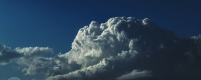 在蓝天的壮观的白色积雨云 澳洲 免版税库存图片