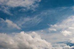 在蓝天的夏天云彩 免版税图库摄影