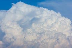 在蓝天的大云彩 免版税库存照片