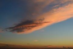 在蓝天的大桃红色云彩 免版税库存照片