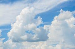 在蓝天的大白色云彩 免版税库存图片