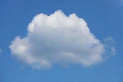 在蓝天的大空白积云 免版税图库摄影