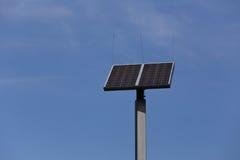 在蓝天的太阳能电池盘区 免版税库存照片