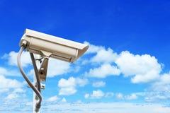 在蓝天的安全监控相机 免版税库存图片