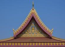 在蓝天的寺庙屋顶在泰国 库存照片