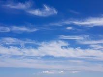 在蓝天的小束的云彩 免版税库存照片
