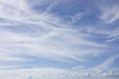 在蓝天的小束的白色云彩 图库摄影