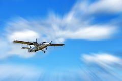 在蓝天的小螺旋桨推进式飞机 航空器运输 库存图片