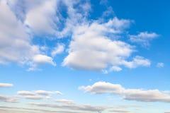 在蓝天的层云在秋天晴天 免版税库存照片