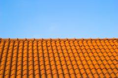 在蓝天的屋顶 库存照片