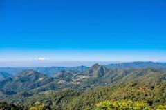 在蓝天的山 库存图片