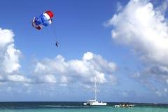 在蓝天的帆伞运动在蓬塔Cana,多米尼加共和国 免版税库存图片