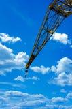 在蓝天的建筑用起重机 免版税图库摄影