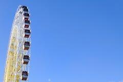 在蓝天的弗累斯大转轮 免版税库存照片