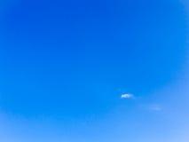 在蓝天的微型云彩 免版税库存图片
