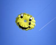 在蓝天的微笑的滑翔伞 免版税库存照片