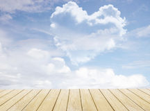 在蓝天的心形的云彩 图库摄影