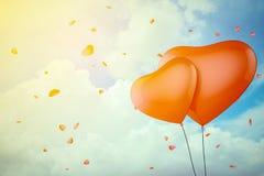 在蓝天的心形的气球 3d例证 库存照片