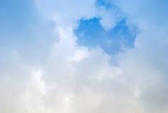在蓝天的心形的浪漫爱云彩 库存照片
