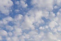 在蓝天的心脏云彩 多云日 图库摄影
