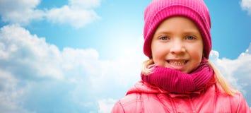 在蓝天的愉快的美丽的小女孩画象 免版税库存图片