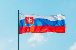 在蓝天的挥动的五颜六色的斯洛伐克旗子 免版税库存图片