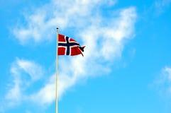 在蓝天的挪威国旗 免版税库存图片