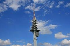 在蓝天的无线电铁塔 免版税库存照片