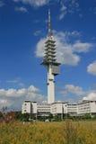 在蓝天的无线电铁塔 免版税库存图片