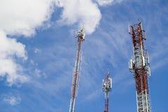 在蓝天的无线电铁塔 库存照片