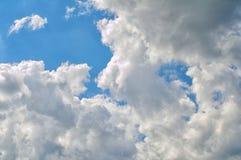 在蓝天的春天云彩 免版税库存照片