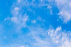 在蓝天的月亮与云彩 免版税库存图片