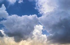 在蓝天的松的白色积云Cloudscape 免版税库存图片