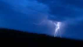 在蓝天的极大的闪电 免版税库存图片