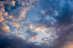 在蓝天的桃红色云彩 图库摄影