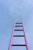 在蓝天的桃红色梯子 免版税图库摄影