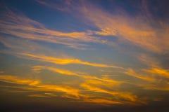 在蓝天的橙色云彩 免版税库存照片