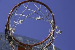 在蓝天的橙色篮球篮 免版税库存图片