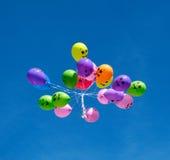 在蓝天的气球 免版税库存图片