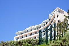 在蓝天的沿海居民住房 免版税图库摄影