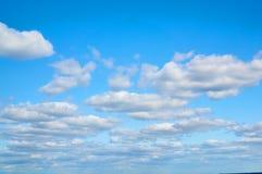 在蓝天的波浪,多孔卷曲云彩 背景蓝色云彩调遣草绿色本质天空空白小束 库存图片