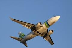在蓝天的波音737-700 免版税库存照片