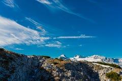 在蓝天的滑翔伞飞行 免版税图库摄影