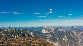 在蓝天的滑翔伞飞行 图库摄影