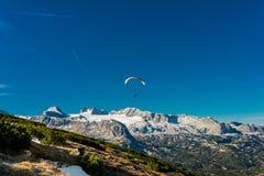 在蓝天的滑翔伞飞行 免版税库存照片