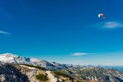 在蓝天的滑翔伞飞行 库存照片