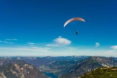 在蓝天的滑翔伞飞行 免版税库存图片