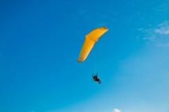 在蓝天的滑翔伞 库存图片