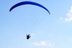 在蓝天的滑翔伞 免版税库存图片